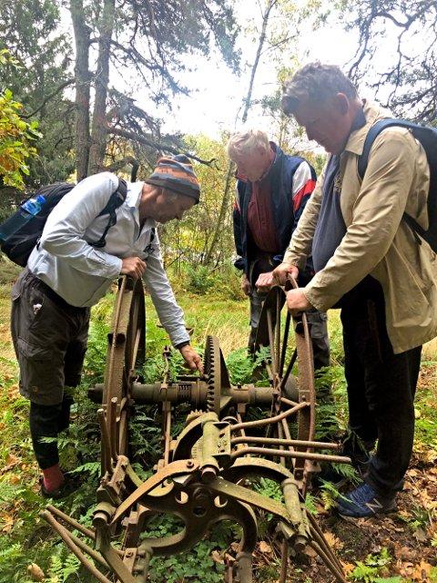 Denne potetopptakeren vil Bjertnæs-brødrene ta vare på. De fant den på tur med Eivind Luthen (t.h.).