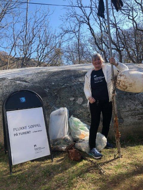 Gjengen fra besøkssenteret hadde satt opp skilt på parkeringsplassen med spørsmål om folk ville plukke søppel på tur. Her er det Kathrine Ese fra besøkssenteret som viser fram noe av det de fikk levert inn, slik som en diger båtbøye.