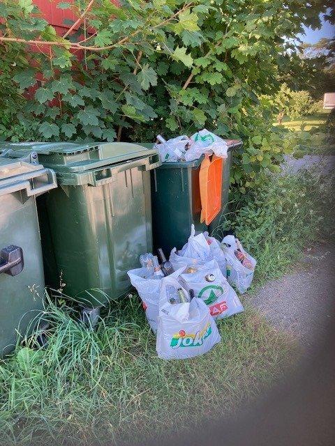 Dette er en vanlig syn i hytteområder i Færder om sommeren. Fulle restavfallskasser, som tømmes hver tredje uke.