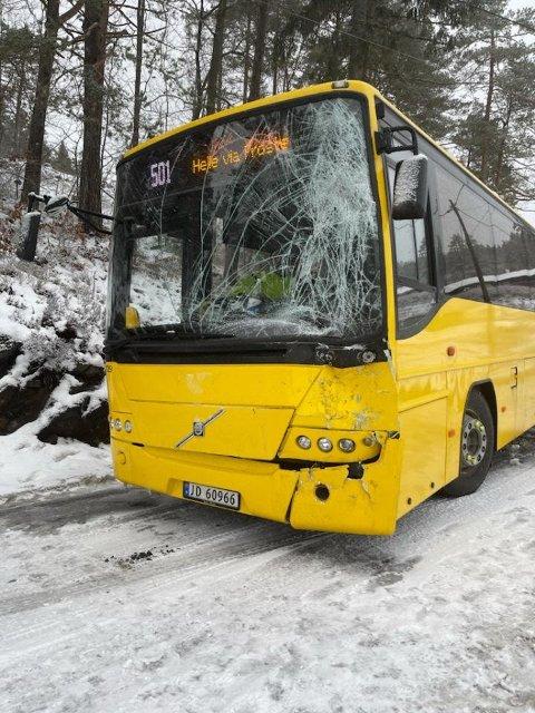 Skolebussen har store skader i fronten etter møtet med tankbilen.