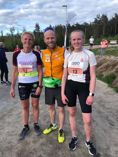Inger Lise Hystad (til venstre) og Julie Hystad Lund (13) hadde en ekstra sterk konkurranse i verdensmester Martin Johnsrud Sundby under BDO-mila i Fredrikstad.