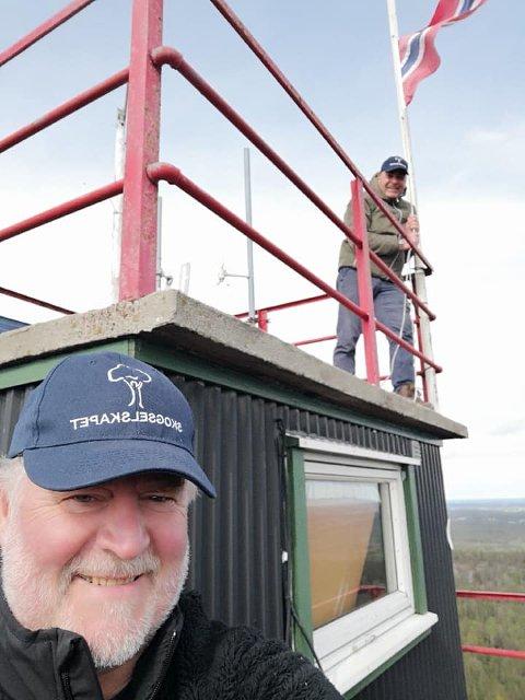 PÅ PLASS: Både flagget og skogbrannvakt Rune Kaspersen fra Sarpsborg, var på plass da skogselskapet ved representant Øivind Ringstad (i bakgrunnen) åpnet Linneklepptårnet for første gang i år.