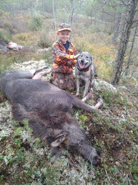 Godtar Emil: Emil Hermansen og Rambo er bestekamerater, og poserer stolt med elgen som er felt.