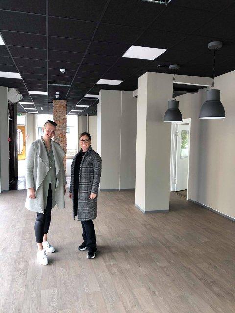 GLEDER SEG: Mai Iren Grimsrud og Christine Høie fikk denne uken overlevert nøklene til sine nye butikklokaler i Storgata 4.