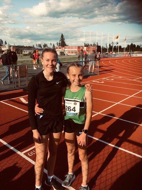 NY PERS: Malin Søtorp Solberg (t.h.) løp inn til førsteplass foran Ingrid Ingebrigtsen på 1500 meter. Begge satte samtidig ny personlig rekord med 10 sekunder hver.
