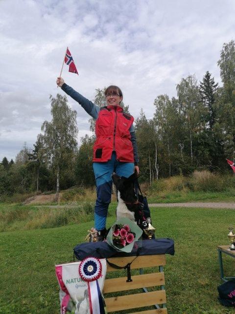 Jubel: Hege Lindahl (50) og Nettie gikk helt til topps da NM i lydighet ble arrangert i helgen.