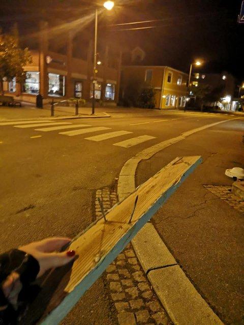 TOK ANSVAR: En tilfeldig forbipasserende fikk fjernet plankene fra veibanen.