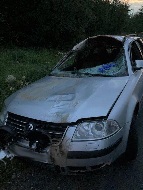 Materielle skader: Bilføreren skal heldigvis ha kommet fra sammenstøtet uten skader, men det er verre med bilen.
