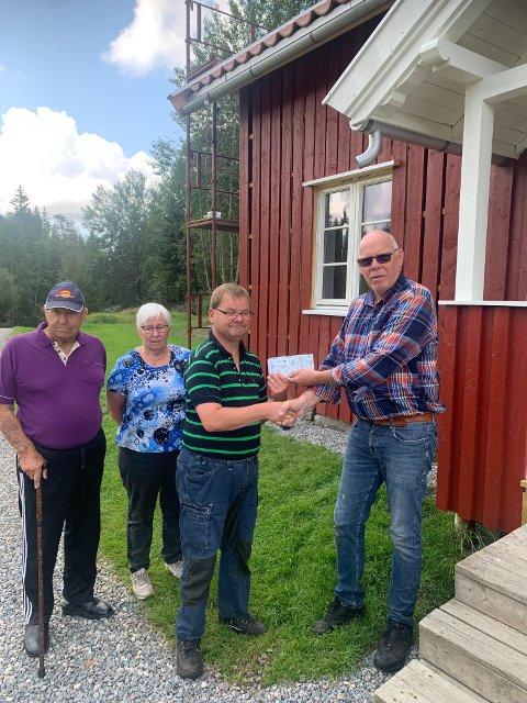 PENGEGAVE: Gjermund Davidsen overrasket Per Vidar Pedersen i DNT Indre Østfold med en gavesjekk på 10.000 kroner. Pengene er en takk for all innsatsen dugnadsgjengen legger ned, og er øremerket arbeidet på Frøne.