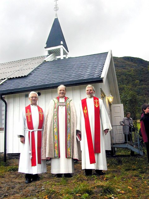 Bildet fra 2002 som er tatt på Hugløy i Nesna, viser prost Birger Bentzen, biskop Øystein Larsen og sokneprest Per Ohnstad.