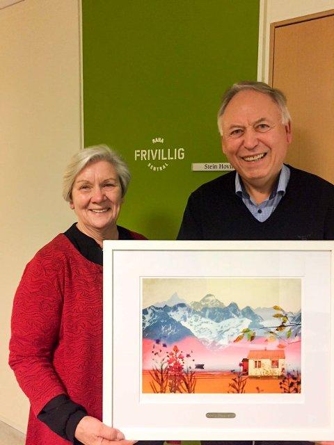 Asgeir Krutå er vinneren av Frivilligprisen 2017 i Rana. Her sammen med Mary Ann Dahl, styremedlem i Frivilligsentralen. Foto: Privat