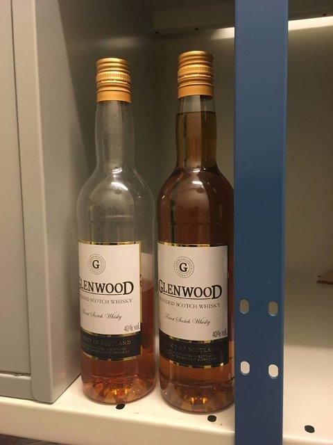 Disse to flaskene fant politiet i vogntoget.