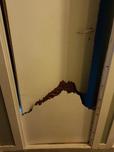 KNUST: Døra inn til kjelleren er sparket opp og knust