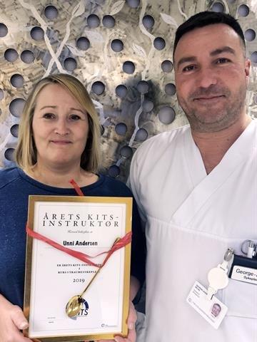 Unni Andersen er årets KITS-instruktør og avdelingsleder Georg Andre Milne sier hun har gjort seg bemerket som en sterk pådriver for traumekurs i Helgelandssykehuset