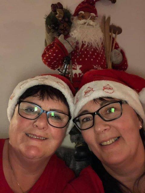 Maj Lis Amundsen og Laila Olsen lager sin egen julekalender som de kringkaster på facebook. I år er sjette året de holder på. – De er etterhvert landskjente og har satt Træna på kartet, sier ordfører Jan Helge Andersen i sin begyrunnelse for hvorfor de får Miljø- og kulturprisen for 2019.