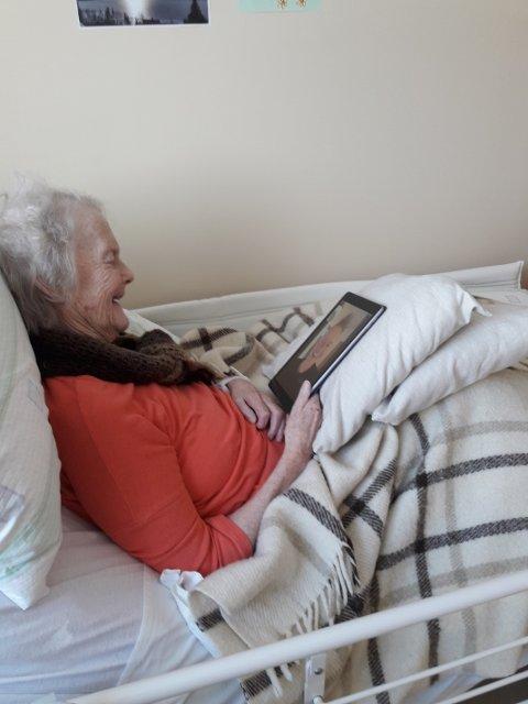 """""""Tullemor"""" snakker med sønnen Tore via iPad. Det ble en god opplevelse for begge to."""