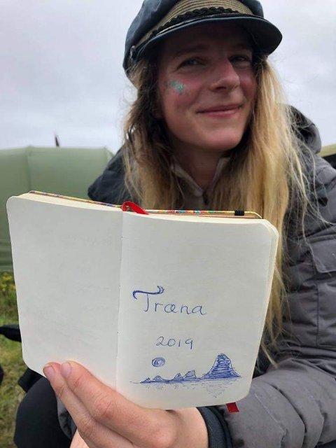 Ellen Sørgård med notatboka vi bruker til å skrive ned spontane dikt i. Diktene fremføres på siste festivaldag, og spenner mellom vakre, morsomme, og vulgære.