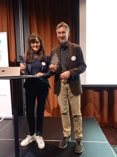 Trond Jøran Pedersen mottar prisen fra anleggsrådgiver Marit Gjerland i skiforbundet.