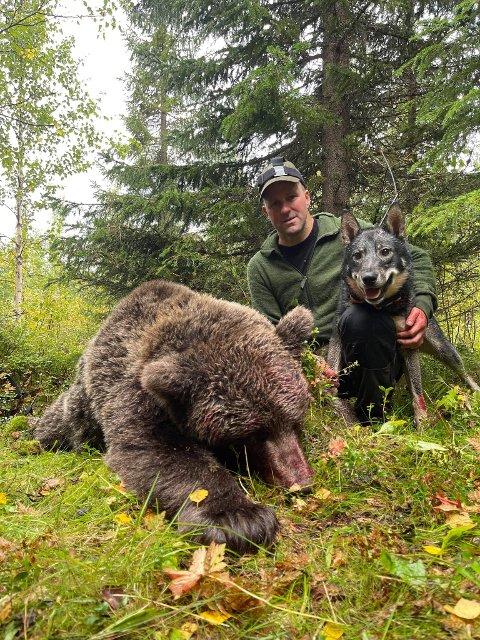 BJØRNEJEGEREN: Steinar Sirijord (45) fra Hattfjelldal jakter på både elg, gaupe, jerv og bjørn. Torsdag skjøt han ei binne på 135 kilo under bjørnejakt i Sverige. - Den angrep oss, forteller Sirijord. Her med hunden Nokko.