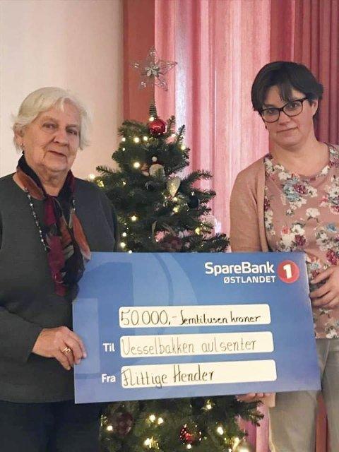 Giverglede: Marit Løberg og Jorunn Bratberg i Flittige Hender ga bort 50 000 kroner til Ringsaker avlastningssenter i forrige uke.