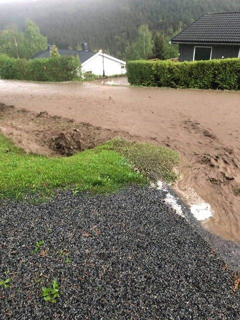 JORDVANN: Slik så det ut da jordvannet kom fossende ned Østlivegen i Moelv onsdag kveld.