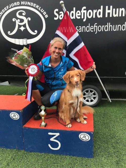 På pallen: Marthe Sørby og Milla ble nummer tre i NM i agility.