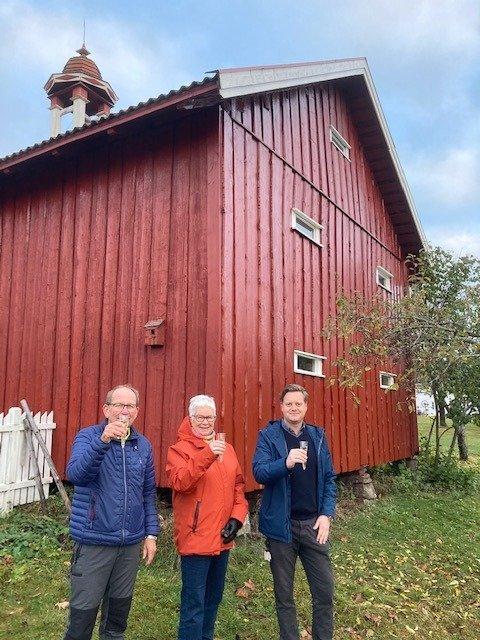 Ferdig: Stabburet på Mo gård i Moelv er ferdig restaurert. Det ble feiret: Fra venstre Tom F. Ryen, Kari Allum (Venner av Mo) og Petter Granum (Ringsaker kommune).