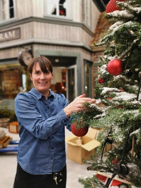 """Marie Beate Rise pynter juletreet i """"Den vesle bygda"""" Foto: Prøysenhuset"""