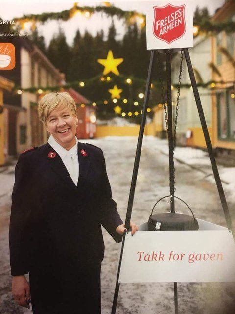 Line Ørbekk hos Frelsesarmeen i Brumunddal minner om Frelsesarmeens julehjelp.                 Foto: privat