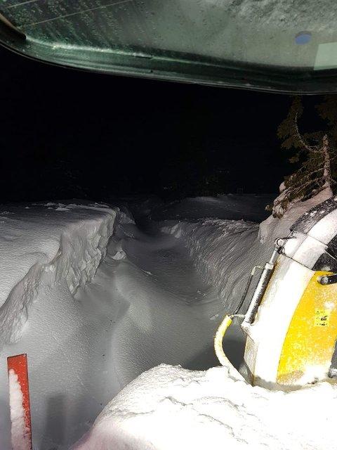 Mye snø: Brøytemannskapene på Sjusjøen har hatt ei hektisk natt med mye vind og bløt snø.