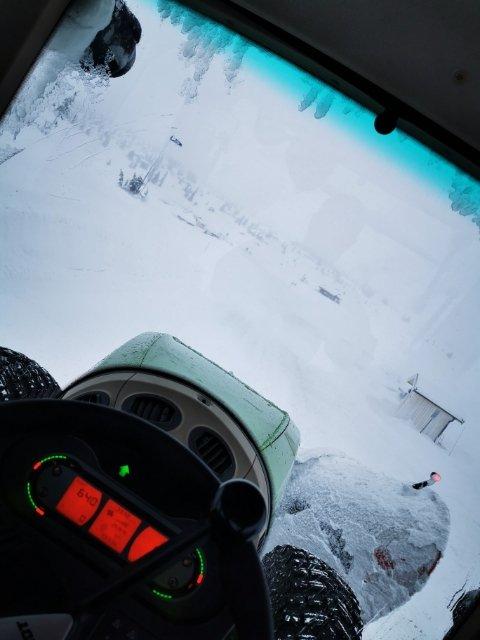 BUSTETE VÆR: Slik er sikten ut av ruta på traktoren til Joachim Flaten i 13.45-tiden søndag.