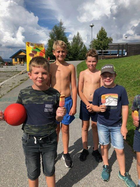 Gavmilde: Rasmus Bergengen, Jonas T. Rosenlund og Tiril T. Rosenlund (ikke på bilde) troppet opp på SFO i Gaupen med en bærepose full av is. Foran ser vi to av de heldige SFO-elevene.