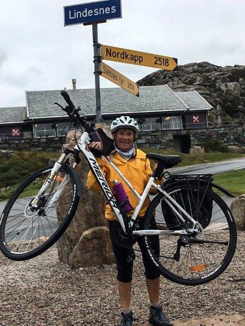 Framme: Marit O. Olsen (67) er rørt og glad etter å ha kommet fram til Lindesnes etter å ha syklet Norge på langs.