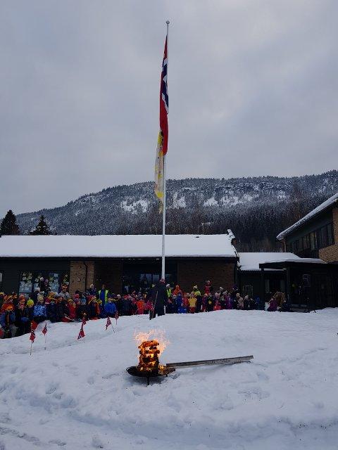Her er OL-ilden tent. Nå er det klart for innsats med ski på beina!