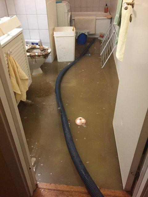 OVERSVØMT: «10 cm dritt», skrev Bærum Septik og Transportfirma i et innlegg på Facebook etter at de måtte rykke ut til denne leiligheten på Rykkinn på grunn av tett toalett. Foto: Morten Johansen
