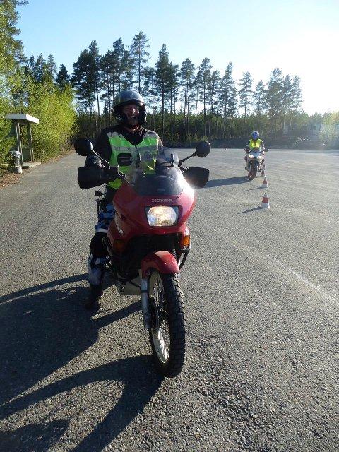 Fornøyd: En blid Pål Isaksen fra Ringerike MC klubb er ferdig med krypkjøringsøvelsen som gikk bra.