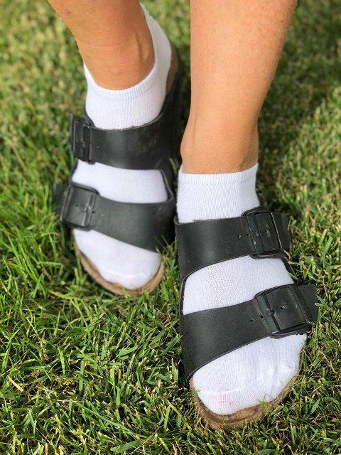 Sokker i sandalene er ikke lenger kun forbeholdt campingplassene. Mange mener nå sokker i sandalene er trendy.