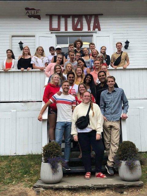GØY PÅ ØYA: Gjengen fra Buskerud AUF koser seg på Utøya.