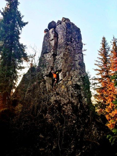 MONUMENTAL: Pipesteinen rager 15-20 meter opp i landskapet. Hans Edgar Rakeie er et lite stykke opp på steinsøylen, som er å finne ikke langt unna Mørkgonga.