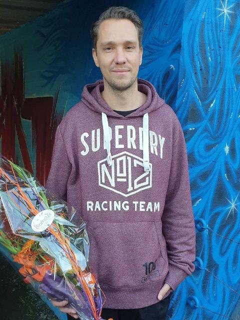 FORNØYD: Stefan Hansen er fornøyd med kunstverket, som er en del av Street Art Jevnaker.