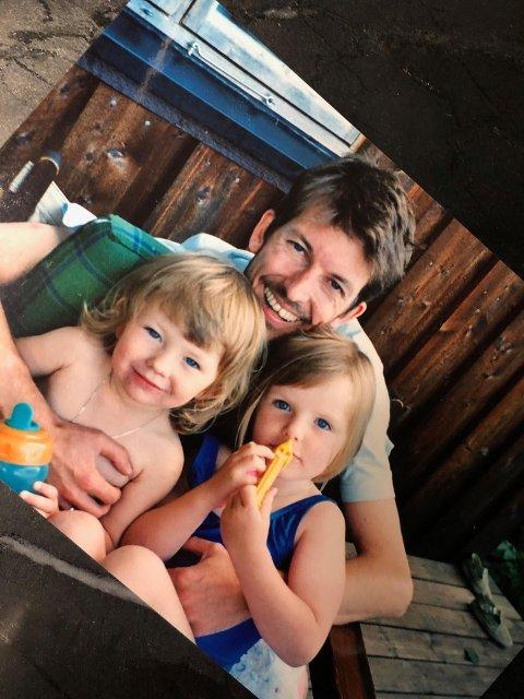 I PAPPAS TRYGGE ARMKROK: Olav Risan sammen med døtrene Marte Leinan Risan og Frida Leinan Risan, kun to og tre år gamle.