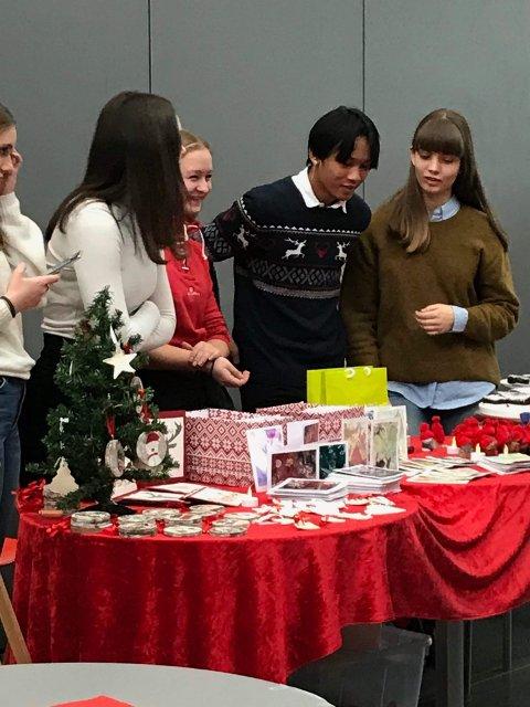 IVRIGE ELEVER: Mange elever bidrog med salg av egne produkter.