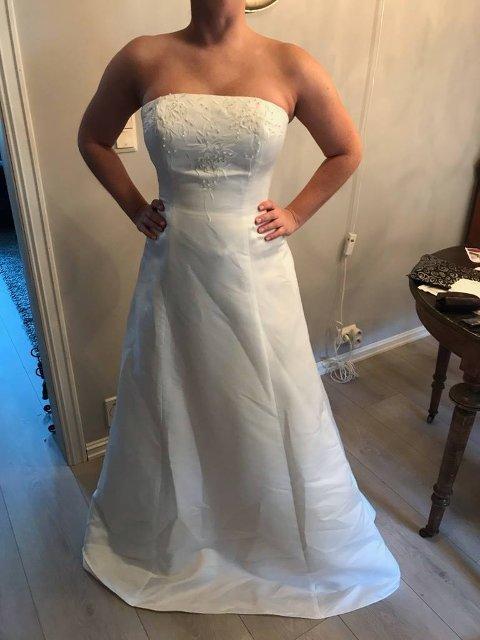 PÅ AUKSJON: Det er ikke hverdagskost med nye brudekjoler på loppemarked. Nakkerud ungdomslag har fått den spesielle donasjonen.