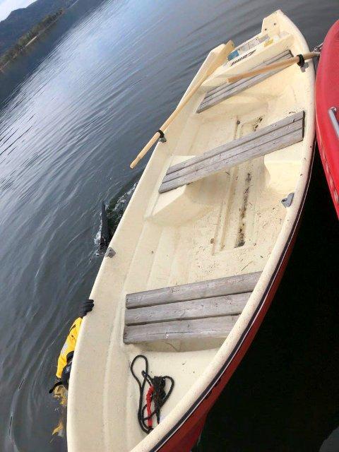 BÅT: Det var denne robåten som slet seg og ble funnet drivende i Steinsfjorden. Eier kan kontakte politiet for å få robåten tilbake.