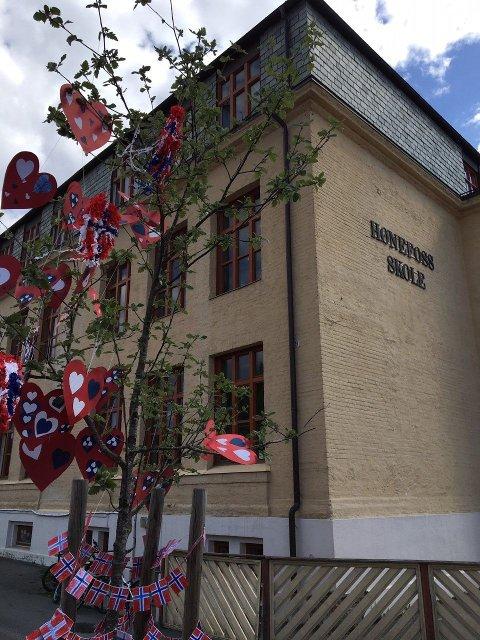 Hønefoss skole - pyntet av elever og lærere til 17. mai