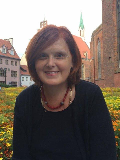 SKILLER SEG UT: Eva Bekkelund-Eriksen oppfordrer velgerne i Hole til å stemme på tre kvinner fra ulike partier for å få til fornyelse og ryddighet i politikk og administrasajon.