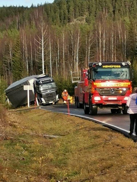 Lastebilen trenger berging langs E16 ved Bjonvika.