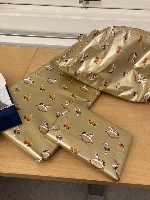 TRE GAVER: Det er tre julegaver i posen som er hensatt utenfor Hønefoss politistasjon. De er merket med hvem gavene er til, og hvem de er fra.