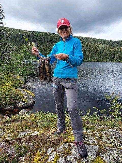 BEST UTE: Livet er best ute for mange, og særlig for leder i DNT Ringerike Vibeke Susann Tjøm. Her fra en av mange fisketurer.