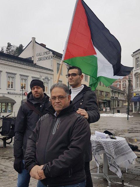 Appellantene Ole Jakob Løland og Mohamad Nakhleh foran, sammen med flaggbærer Ahmad Derbalah.
